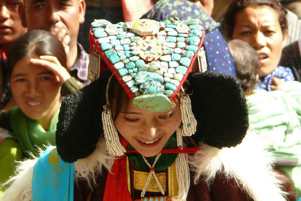 """Een """"slangenhoed"""" een traditioneel Ladakhi hoofddeksel met Turkooisen."""