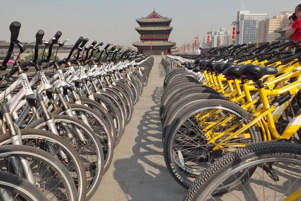 Fietsen op de stadsmuur van Xi'an