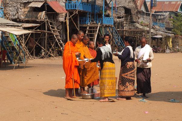Bedelmonniken in Kompong Phluk aan het Tonlé Sap meer