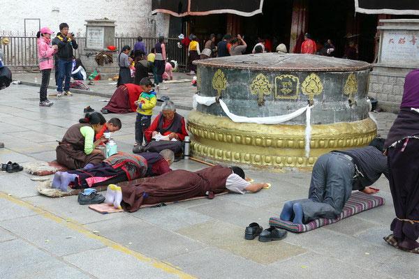 Prosternerende pelgrims voor de Jokhang tempel.