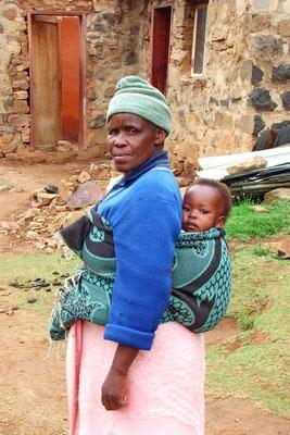 Oma en kleinkind in Garoeng