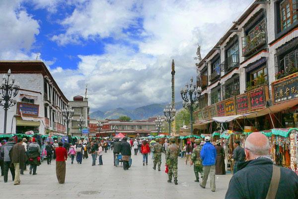 De Barkhor; een winkelstraat rond de Jokhang die ook gebruikt wordt voor de kora; een rondgang rond een tempel, stupa of zelfs een berg.