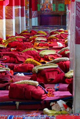 De capes van de monikken liggen klaar in de grote gebedshal