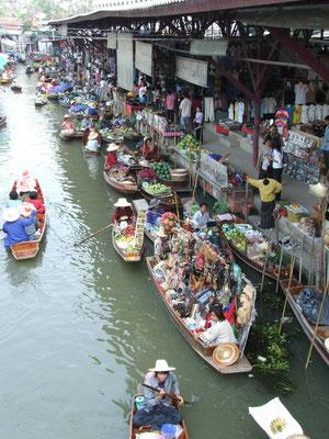 Damnoeng Saduak floating market.