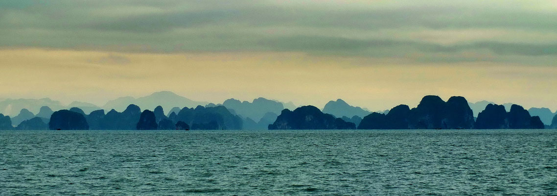's Ochtends vroeg in Halong bay
