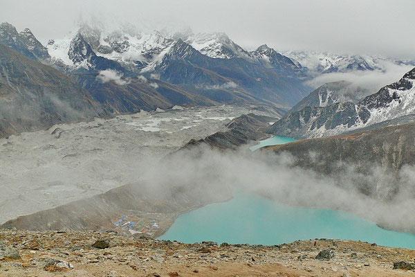 Zicht op Gokyo Tso en de Ngozumpa gletsjer vanaf Gokyo Ri (5357 M. hoog)