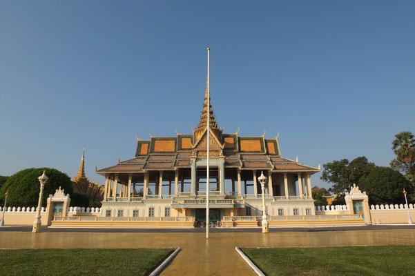 De toegangspoort van het koninklijk paleis in Phnom Pen