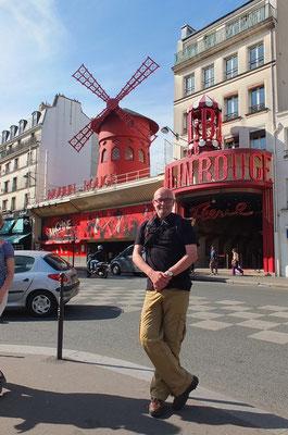 Voor de Moulin Rouge