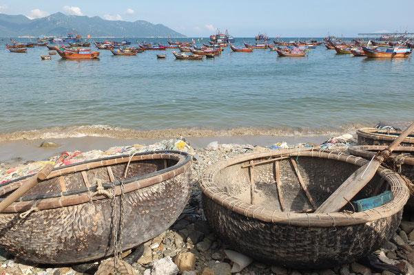 De kleine ronde bootjes worden gebruikt om van de grote boot naar het strand te varen.
