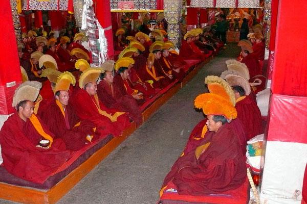 Monniken in de grote gebedshal van het Sera klooster