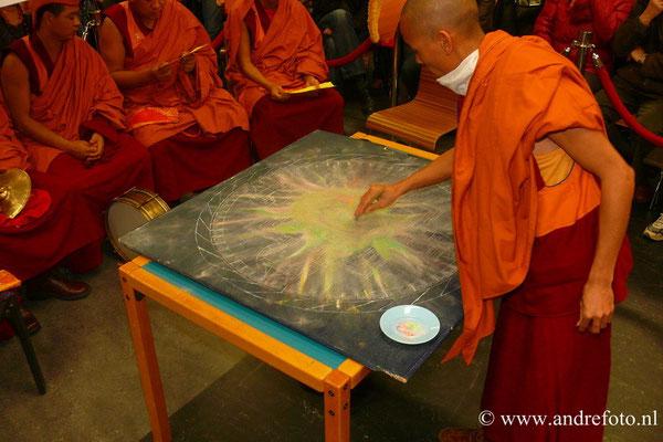 De mandala wordt vernietigd als symbool van vergankelijkheid.