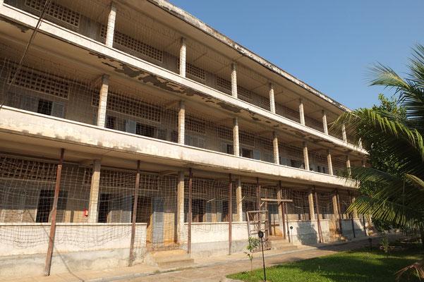 De Tuol Sleng gevangenis waar tienduizenden onschuldigen zijn gemarteld en op de killing fields zijn vermoord.