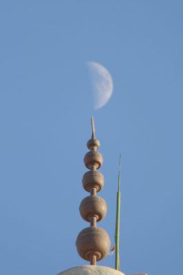 Tafraoute, de maan raakt de top van de moskee