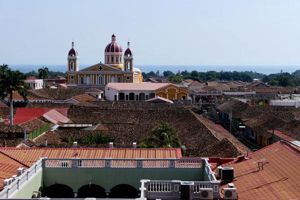 Uitzicht vanaf de toren van de Iglesia La Merced met uitzicht op de kathedraal en het meer van Nicaragua.