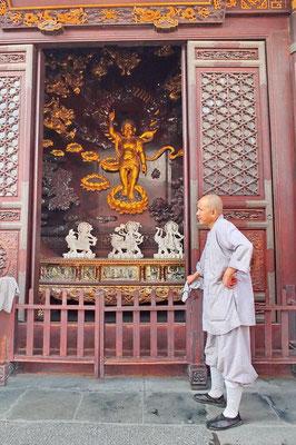Monnik bij de baby Boeddha