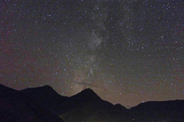 De melkweg vanuit Tamatert met uitzicht op de Toubkal.