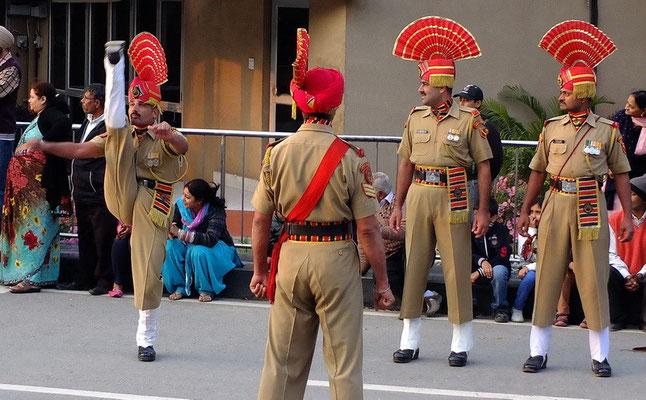 Grens ceremonie in Whaga Border (grens met Pakistan)