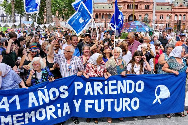 """De """"Dwaze moeders"""" op het Plaza de Mayo"""