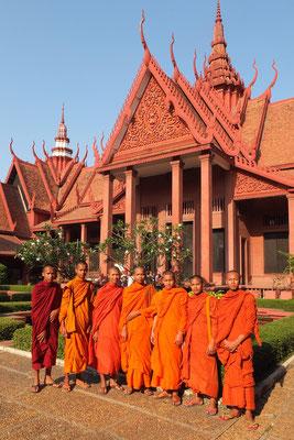 Monniken voor het Cambodjaans Nationaal Museum.