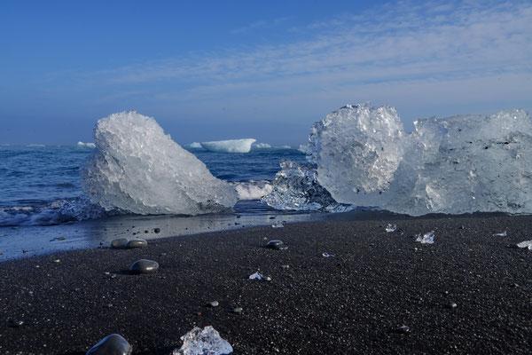 Aangespoelde brokken ijs op het Diamond beach