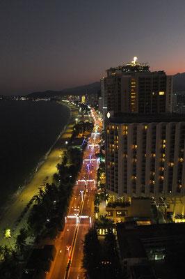 Het strand van Nha Trang na zonsondergang.