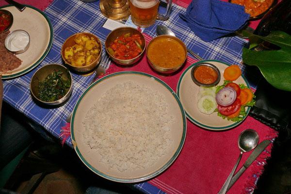 Een echte Nepalese maaltijd: Dal bhat. Rijst met linzen, spinazie, aardappelcurry, groentecurry, acchar (sherpe pickles) en salade.