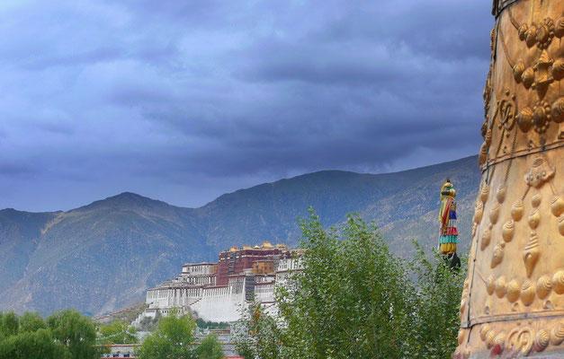 De Potala vanaf de Jokhang tempel in Lhasa; de hoofdstad van Tibet.