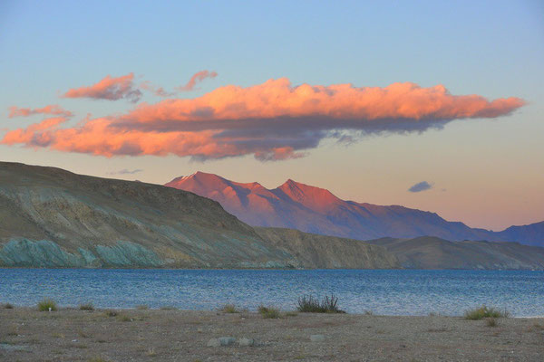 Het manasarovar meer op 4590 meter hoogte