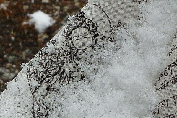 De witte Tara op een gebedsvlaggetje
