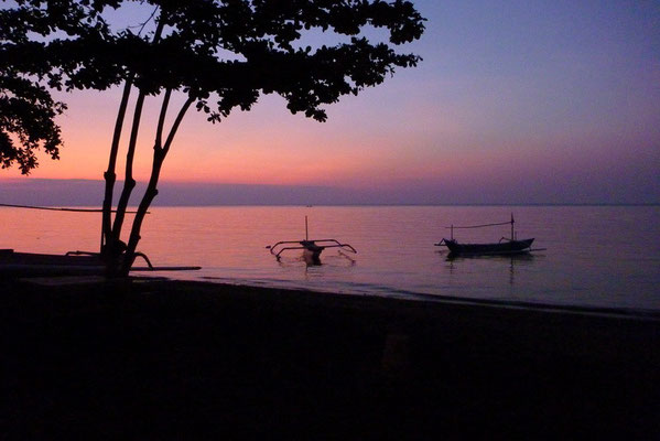 Even na zonsondergang vanaf Lovina beach