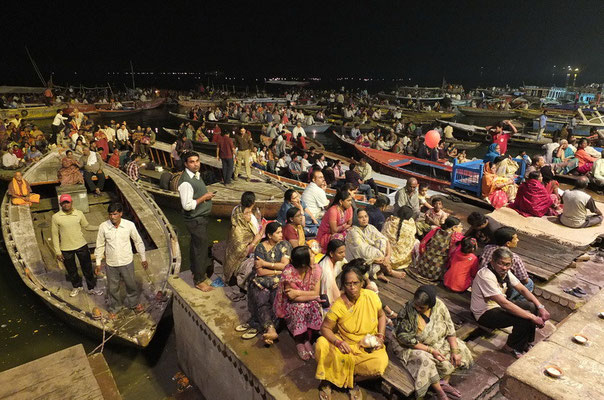 Toeschouwers bij de lichtceremonie aan de Ganges