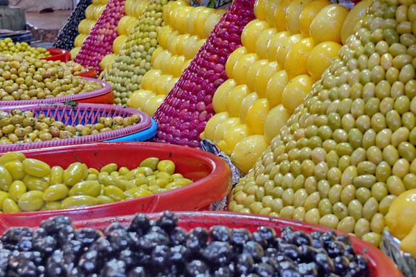 Olijven en ingelegde citroenen op de markt in Meknès