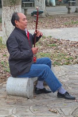 Muziek maken in het park van Yangshuo.