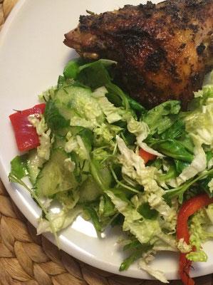 Kurczak z piekarnia z sałatką
