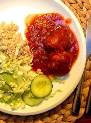 Pulpety w sosie pomidorowym z ryżem brązowym i ogórkami