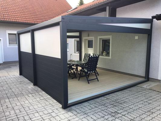 Terrassenüberdachung mit Fixwand aus Aluminium und Polycarbonat