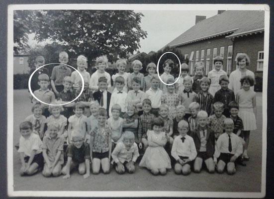 1ste klas Lagere school, links de neefjes Albert en Peter en bovenaan sta ik