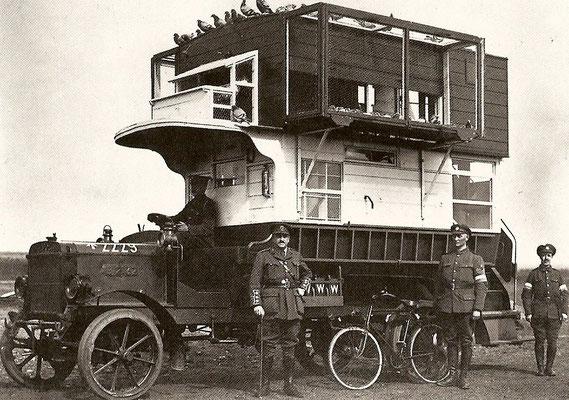 mobiler Brieftaubenschlag der Engländer, ein umgebauter B-type Bus aus London im Einsatz in Nord-Frankreich und Belgien; Bildquelle: gemeinfrei, Niva, 1916