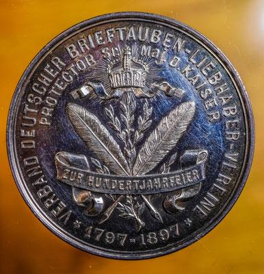 Rückseite der Medaille zu Ehren Kaiser Wilhelm I., Protektor des Verbandes Deutscher Brieftauben-Liebhaber-Vereine