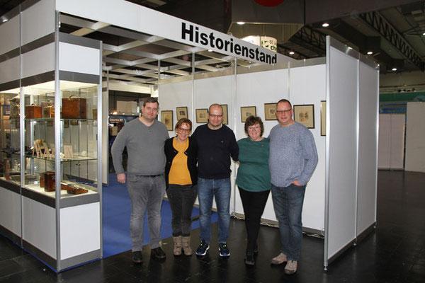 Die neuen Team-Mitglieder des Historienclubs stellen sich zum Fototermin.