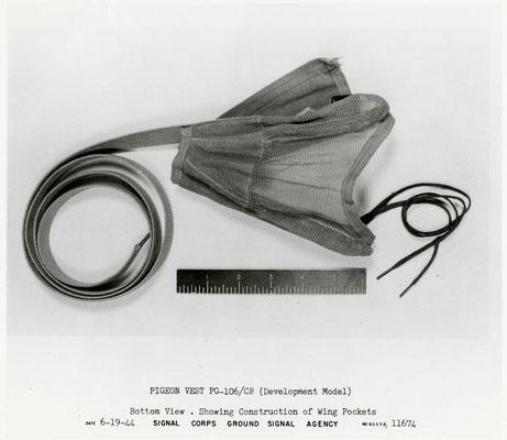 Modell der Brieftauben-Weste im Entwicklungsstadium im Juli 1944