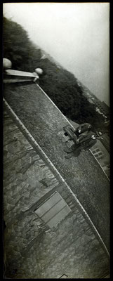 Neubronner (hinten) und sein Taubenpfleger Jahn (vorne) auf dem Dach der Darmstädter Bank. Die Aufnahme wurde vermutlich durch eine über dem Geschehen kreisende Brieftaube aufgenommen. © SDTB / Historisches Archiv, Nachlass Julius Neubronner