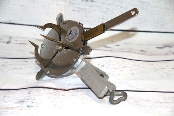 Eins der letzten Modelle einer Ringzange zum Spreizen des Gummirings