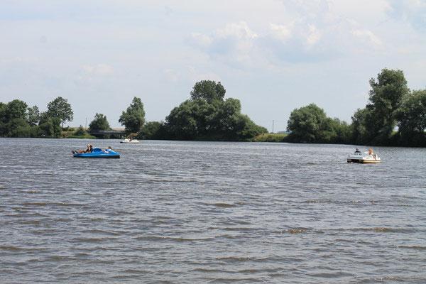 Der See lockt zum Paddeln und Tretbootfahren