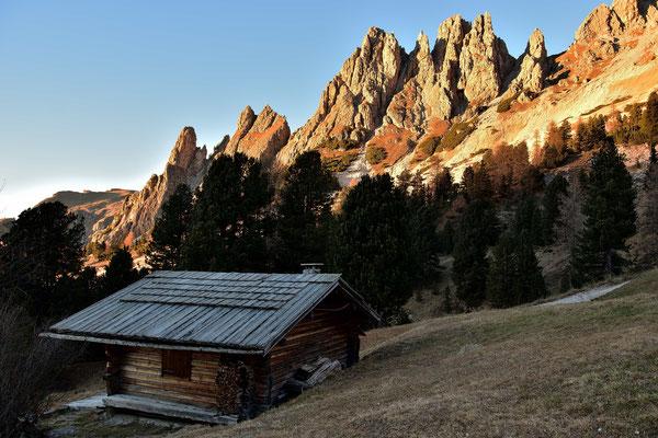 Eine Hütte vor den Ausläufern der Cir Spitzen