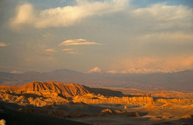 """Im Abendlicht getaucht das  """"Vallee de la Luna"""" und im hintergrund der fast 6000 m hohe Vulkan Licancambur"""