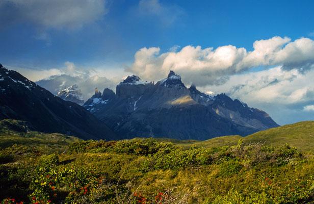 Die Cuernos del Paine leuchten im Abendlicht .