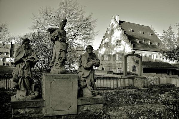 """Die Piedra im """" Klosterhof in Seligenstadt """", im hintergrund ist die Alte Mühle, die wieder instand gesetzt wurde."""