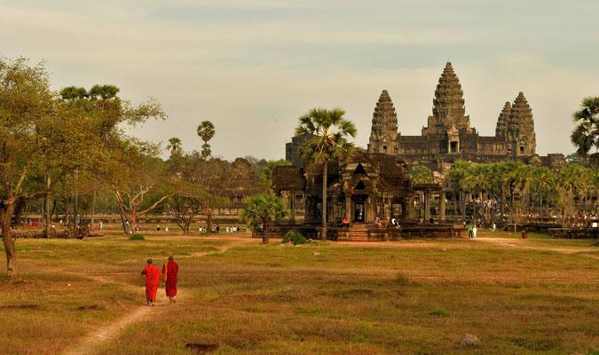 Mönche auf dem weg zu Angkor Wat