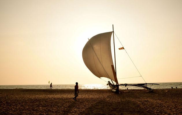 Die Typischen Katamaran-Boote stehen am Strand.